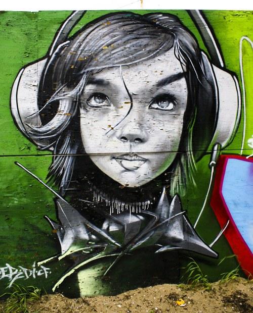 Graffitis de Mujeres- audifonos puestos